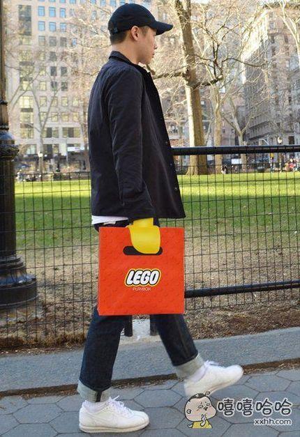 一艺术生设计了一个乐高提包,提着的时候仿佛真的拥有了乐高人物的手一样,