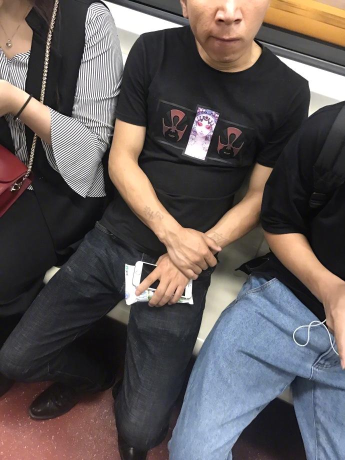 他每天在暗恋女孩家外偷放钱图片